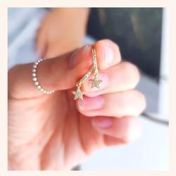 El pendiente Stor nos encanta tanto en color plata cómo en color dorado.🥰 Qué os parece?🤔  Y AHORA TENÉIS TODA LA WEB CON UN 20% DE DESCUENTO 🎉  ÚLTIMOS DÍAS 🥳  www.quemonis.com  #jewelry #jewerlyblogger #joyasdeplata #joyería #joyas #pendientes#pendientesplata