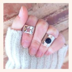 Con éstos anillos no necesitas nada más 😉  Seguro que te preguntan por ellos❤️  Y RECORDAD QUE TENÉIS TODA LA WEB CON UN 20% DE DESCUENTO 🎉  Feliz viernes 😘  www.quemonis.com  #quemonisjewelry #quemonis #jewelry #jewerlyblogger #joyasdeplata #joyas #regalosmama #regalos #anillosdeplata #anillos #descuentos #ofertas #rebajas #regalosmujer