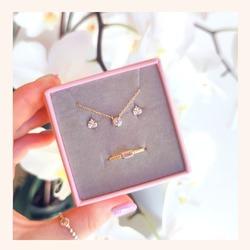 Con ésta combinación seguro que atraes todas las miradas, ya que no puede ser más fina y elegante 🥰  Y RECORDAD QUE TENÉIS TODA LA WEB CON UN 30% DE DESCUENTO 🎉  Feliz martes😘  www.quemonis.com  #quemonisjewelry #quemonis #jewelry #jewerlyblogger #joyasdeplata #joyas #regalosespeciales❤️️ #regalosoriginales #regalospersonalizados #regalosmolones #regalos #descuentos #ofertas #rebajasdeverano #rebajas #complemento #complementos #collar #anillo #pendientes