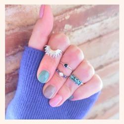 Nos encanta éste combo para éste viernes noche❣️ y a vosotr@s?🔝  Y RECORDAD QUE TENÉIS HASTA ÉSTE DOMINGO PARA PODER COMPRAR VUESTRAS JOYAS FAVORITAS CON UN 30% DE DESCUENTO 🎉  #quemonisjewelry #quemonis #jewelry #jewerlyblogger #joyas #joyasdeplata #anillosdeplata #anillos #anillosplata925 #regalos #rebajas #rebajas2021