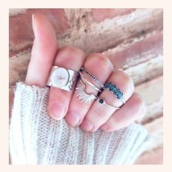 Muy buenos días 👋 empezamos el día con ésta combinación de anillos 🥰 para las más atrevidas 🔝  Y RECORDAD QUE TENÉIS TODA LA WEB CON UN 20% DE DESCUENTO 🎉  Feliz miércoles 😘😘  www.quemonis.com  #anillosdeplata #anillosmoda #anillos #quemonisjewelry #quemonis #jewelry #jewerlyblogger #joyasdeplata #joyas #regalosmama #regalos #regalosmujer
