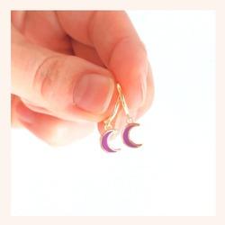 El pendiente Enma dará un toque de color a tus looks de verano❣️  Y RECORDAD QUE TENÉIS TODA LA WEB CON UN 25% DE DESCUENTO 🎉  www.quemonis.com  #quemonisjewelry #quemonis #jewelry #jewelryblogger #joyasdeplata #joyas #regalosoriginales #regalosmolones #regalos #descuentos #ofertas #pendienteslila #pendientesplata #pendientes