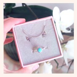 Empezamos día con ésta combinación sencilla y elegante que no nos puede gustar más 🥰  Pero lo mejor de todo es que... TENÉIS TODA LA WEB CON UN 25% DE DESCUENTO 🎉  Feliz miércoles 😘😘  www.quemonis.com  #quemonisjewelry #quemonis #jewelry #jewerlyblogger #joyasdeplata #joyas #regalosmama #regalos #regalosmujer #descuentos #ofertas #rebajas #collaresdeplata #collar #pendientes #pendientescolores #anillosdeplata #anilloboho #complements