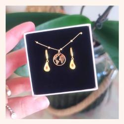 Muy buenos días 👋  Empezamos el jueves con éste conjunto que nos parece ideal😍  Qué opinas?🤔  Y RECORDAD QUE TENÉIS TODA LA WEB CON UN 20% DE DESCUENTO 🎉  ÚLTIMOS DÍAS 🥳  Que paséis un felíz jueves 😘  www.quemonis.com  #joyasdeplata #joyería #joyas #jewelry #jewerlyblogger #pendiente #collar