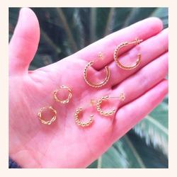 Y vosotras de qué estilo de aro sois más?🤔🥰  Seas de el que seas, recuerda que TENEMOS TODA LA WEB CON UN 20% DE DESCUENTO 🎉  www.quemonis.com  #quemonisjewelry #quemonis #jewelry #jewerlyblogger #joyasdeplata #joyas #pendientes #pendientesplata #pendientesaro #regalos